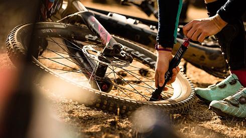 Band aan het oppompen met Bontrager fietspomp