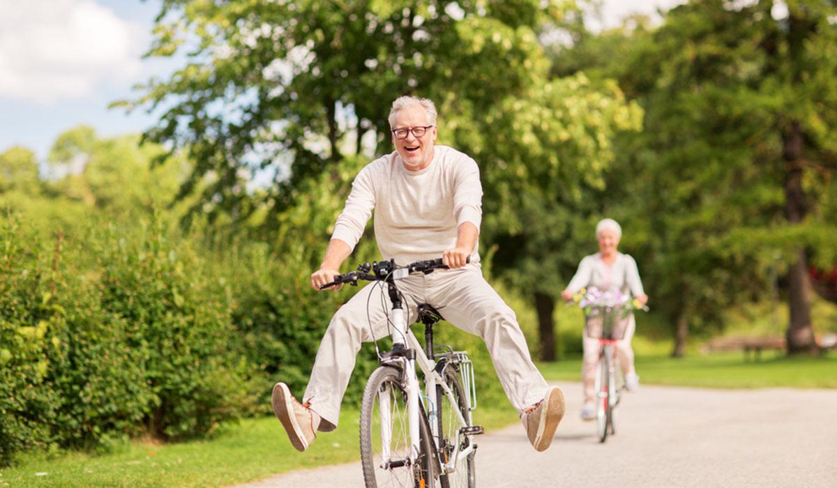 Koppel geniet van een uitstapje op de fiets