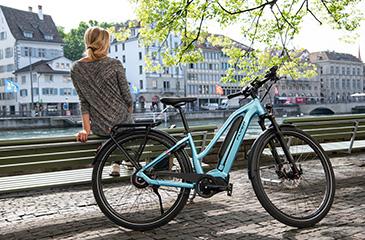 Vrouw rust uit op bankje tijdens fietstocht met Flyer Upstreet 5