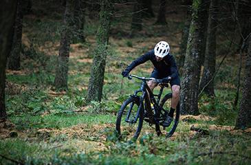 Mountainbiken door het bos