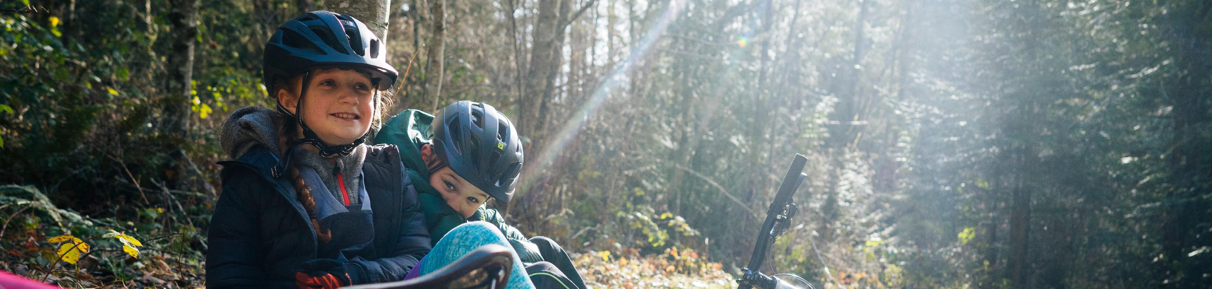 Kinderen met de fiets in het bos