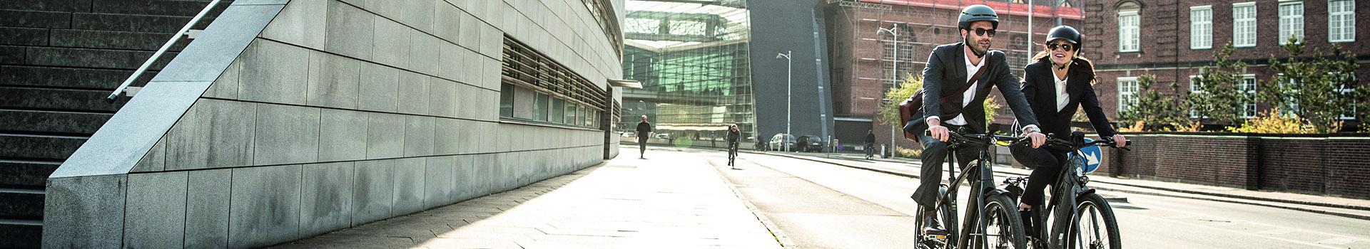 Werknemers met de bedrijfsfiets op weg naar het werk