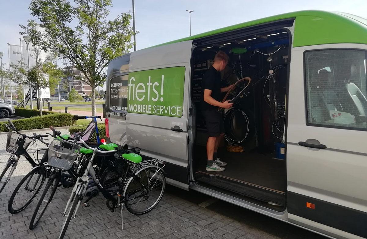 Mobiele service bus gaat langs op de bedrijfssite