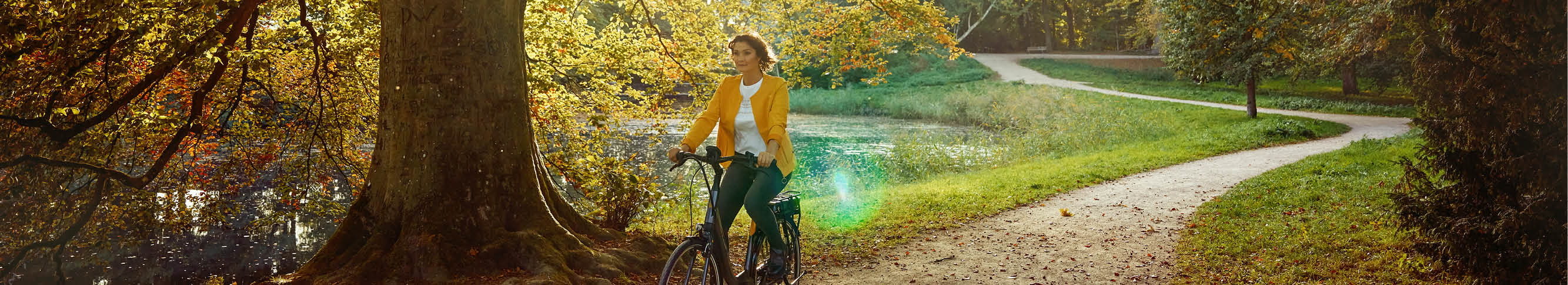 Vrouw rijdt op Koga e-bike door het bos