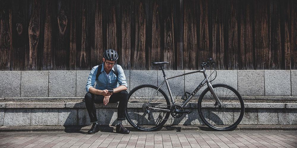 Werknemer op bankje met trek sportieve fiets