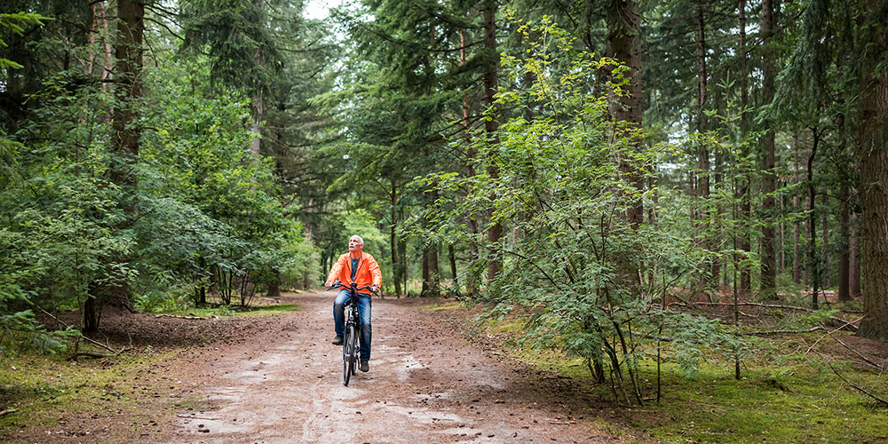 Man geniet van de natuur op de fiets