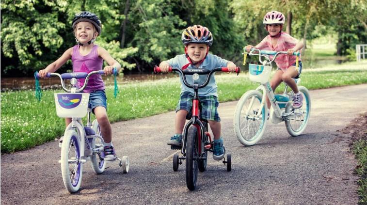 3 kindjes fietsen met zijwielen