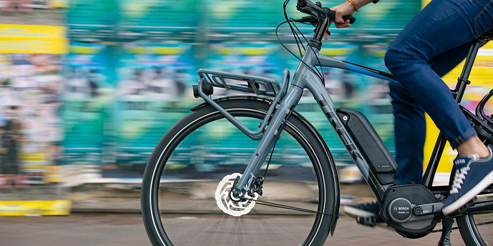 Middenmotor van een elektrische fiets van het merk Bosch op Trek fiets in actie