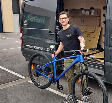Fiets! medewerker levert fiets aan huis