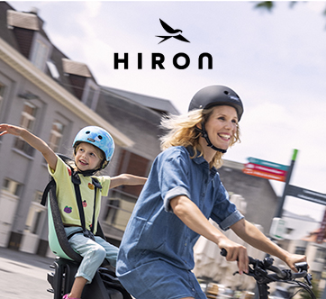 Mama en kindje fietsen samen op een elektrische fiets van Hiron.
