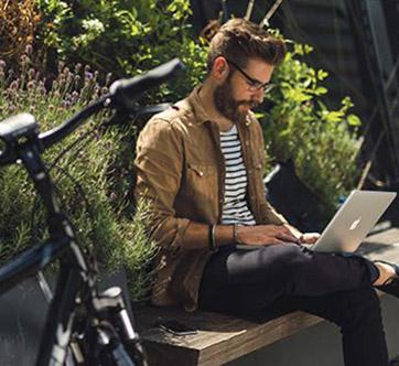 Fietsleasing werknemer met laptop