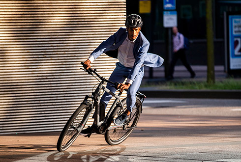 Werknemer op de elektrische fiets van het merk Trek