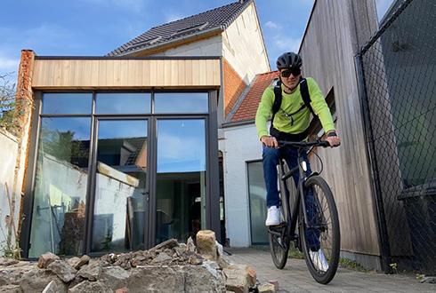 Hans fietst het huis uit